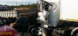 Montes Claros - Carreta e caminhão batem na entrada de Montes Claros