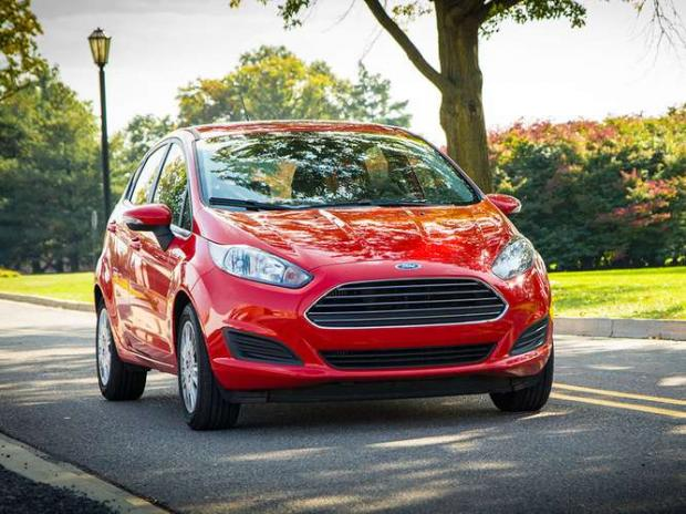 Ford Fiesta 2014 - Da lista, um dos modelos mais conhecidos dos brasileiros. O motor Ecoboost 1.0 rende 123 cv de potência e faz consideráveis 15,7 km/l na cidade.