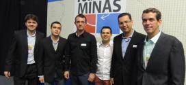 """Pávilo Miranda apresentou o documento """"Norte de Minas em Ação"""" a autoridades, na foto, com Afonso Maria Rocha, superintendente do Sebrae em Minas"""