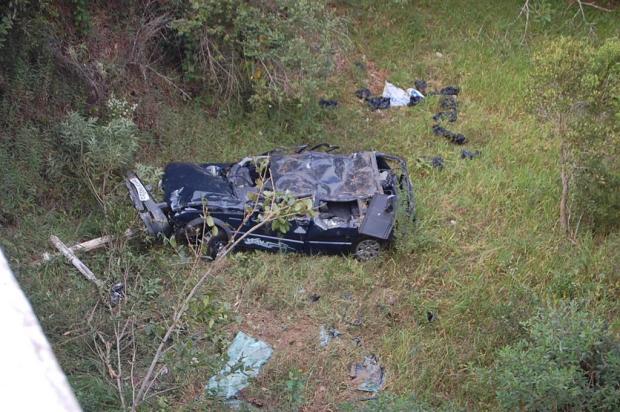 MG - Em Gouveia, carro cai de ponte de 10 metros de altura e deixa dois mortos