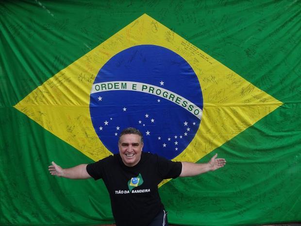 Tião da Bandeira exibe orgulhoso coleção de autógrafos de personalidades do esporte mundial/ Foto: Acervo pessoal do recordista