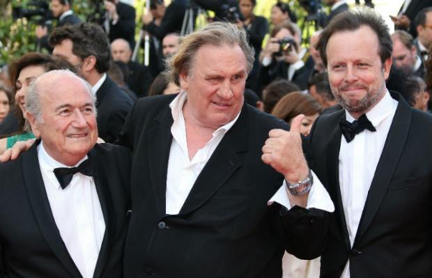 Blatter assistiu à projeção ao lado do ator francês Gérard Depardieu. Foto: AFP