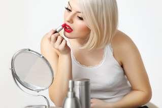 O batom vermelho confere glamour e pode ser usado em todas as ocasiões, de dia ou à noite