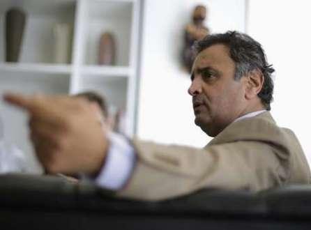 Senador Aécio Neves (PSDB-MG) durante entrevista à Reuters no Senado, em Brasília. Neves ganhou terreno e reduziu a distância que o separa da líder da corrida eleitoral, a presidente Dilma Rousseff (PT), aumentando as chances de a disputa ser decidida no segundo turno, mostrou pesquisa Datafolha nesta sexta-feira. 2/04/2014.