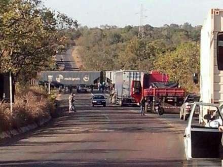 Acidente causou bloquei da MGT-496 (Foto: Cote Alvarenga / TV Rio)