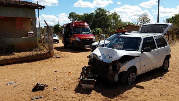 Norte de Minas - Em Januária, um colisão frontal entre carro e caminhão deixa dois feridos