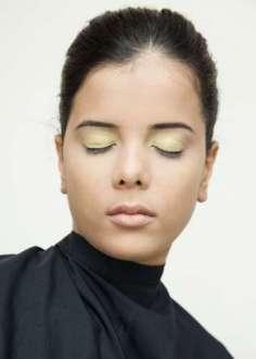 Passe a sombra amarela ou dourada em toda a pálpebra móvel