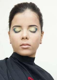 Com um pincel, aplique a sombra azul e esfumace no canto dos olhos. Em seguida, com o mesmo pincel, esfumace a sombra verde do meio da pálpebra para o canto dos olhos