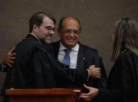 Mendes recebe abraço de Toffoli