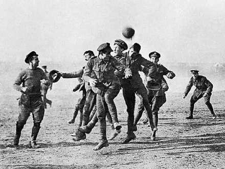 Há 100 anos, durante a fatídica 1ª. Grande Guerra, o futebol ganhou significativo espaço para a Paz no Natal de 1914.