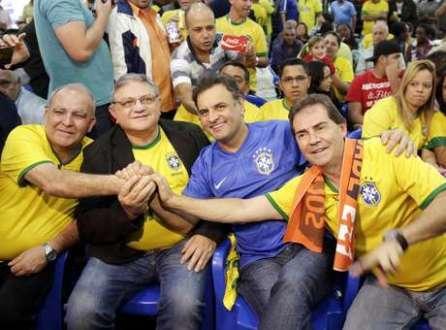 Aécio (de azul) assiste ao jogo com o presidente da Força Sindical, Miguel Torres, o presidente do PSDB Sindical, Ramalho da Construção, e o presidente do Solidariedade, deputado federal Paulinho da Força