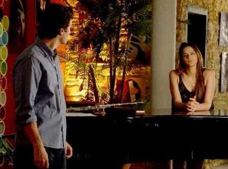Luiza (Bruna Marquezine) fica curiosa sobre a conversa do noivo com a pianista
