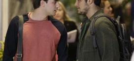 André (Bruno Gissoni) diz que a amiga nunca namorou e alimenta o interesse do colega