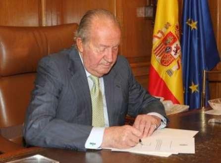 Rei Juan Carlos assina carta de abdicação ao trono espanhol