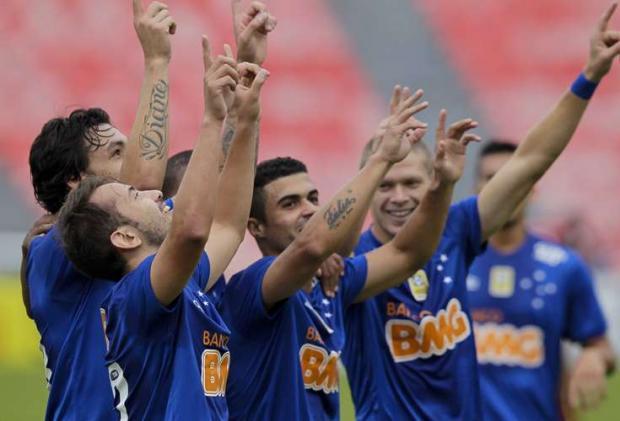 Jogadores do Cruzeiro comemoram a vitória e liderança isolada da competição