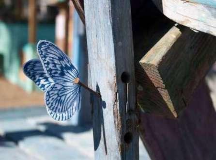 Na foto, a aproximação das borboletas nos permite descobrir a delicadeza e leveza que elas transmitem ao serem colocadas em lugares que quase passam despercebidos
