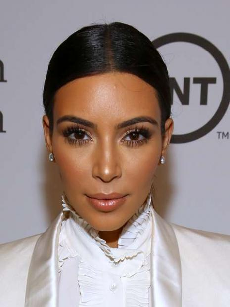 A socialite Kim Kardashian gosta de usar as técnicas de contorno para ganhar um visual ainda mais harmônico