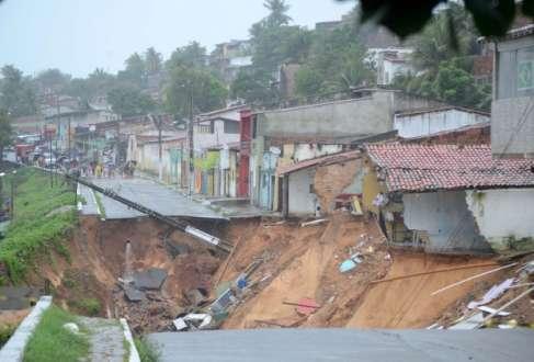 A cidade voltou a ter chuvas fortes nessa segunda-feira (23), quando quatro casas desabaram de madrugada, após mais um deslizamento de terra no mesmo bairro