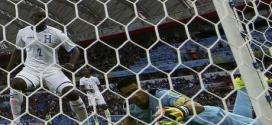 Goleiro de Honduras tenta salvar gol contra em jogo diante da França. 15/06/2014