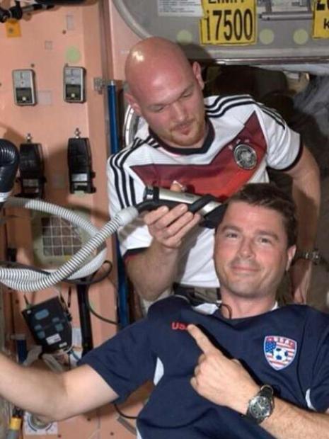 Como a Alemanha venceu a partida por um a zero, os astronautas norte-americanos tiveram que pagar a promessa