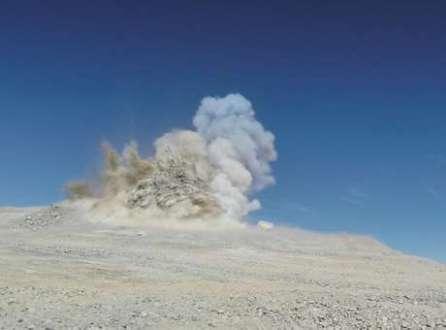 Explosão remove 5 mil metros cúbicos de rocha. Contudo, ainda precisam ser retirados mais de 200 mil metros cúbicos