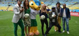 Artistas que se apresentarão na festa de encerramento da Copa posam ao lado do mascote Fuleco. Foto: Agência Brasil