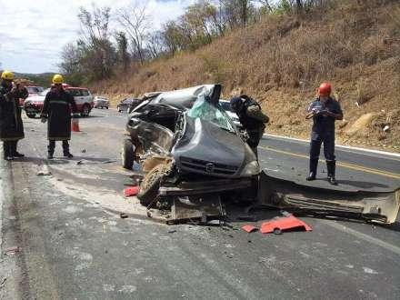 Segundo o SAMU, o motorista William Peres da Silva de 24 anos  e a passageira do carro Nair Pereira da Silva de 42 anos, (mãe e filho) morreram na hora.