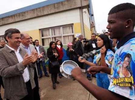 Aécio Neves ouve samba na Feira Tecnológica