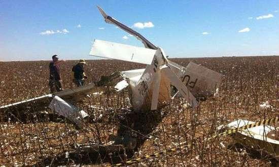 A aeronave ficou destruída após o acidente; vítimas estão em estado grave