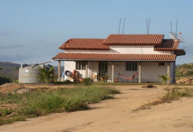 Casa de alto padrão na zona rural com uma caixa d'água do Governo Federal