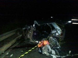 Carro no qual estavam os mortos e o ferido (Foto: Maíra Botelho / Inter TV)