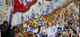 """Cantores se apresentam durante ensaio com figurino da ópera """"Charlotte Salomon"""", de Marc-Andre Dalbavie, em Salzburgo, na Áustria, na semana passada. 24/07/2014"""