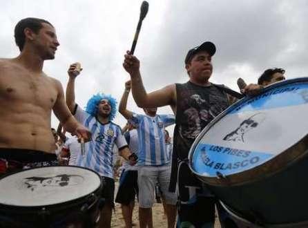 Torcedores da Argentina invadiram a praia de Copacabana, no Rio de Janeiro.