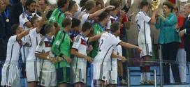 Presidente Dilma entrega taça ao capitão alemão Lahm.