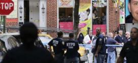 Policiais montam guarda na cena em que aconteceu o tiroteio, no bairro de Greenwich Village, em Nova York