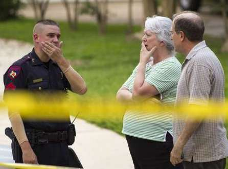 Vizinhos observam cena do tiroteio ao lado de policiais, no Texas