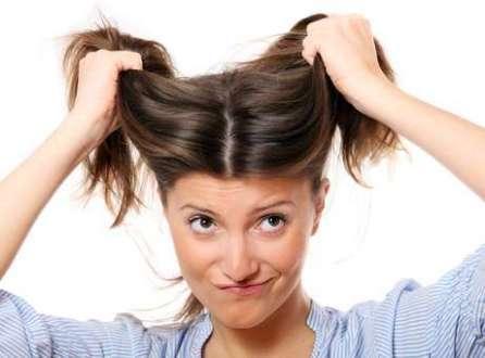 Ao nascerem os fios brancos, aposte em tinturas e acessórios, mas não arranque o cabelo