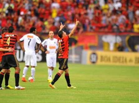 Com gol de Felipe Azevedo, o Sport venceu o Atlético-PR por 2 a 1 e colou no G-4 do Campeonato Brasileiro