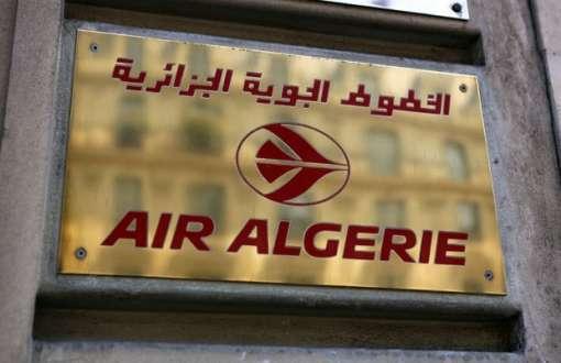 Logotipo da Air Algerie é visto no escritório da empresa em Paris nesta quarta-feira (24), após um voo da companhia desaparecer na África (Foto: Remy de la Mauviniere/AP)