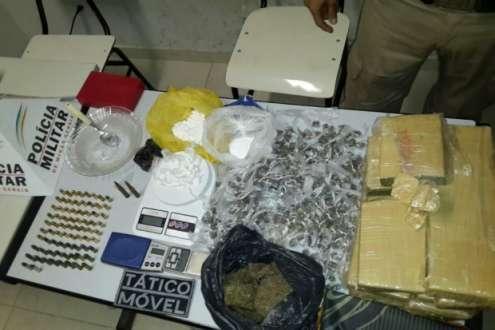 Na casa de Cardoso foram apreendidos, 10.700 kg de maconha, 601 buchas da mesma droga, 160 gramas de cocaína, 36 papelotes também de cocaína, 40 balas calibre 380, 25 balas calibre 38 e duas balas calibre 762, além de três balanças e 330 pinos para dosagem de cocaína.