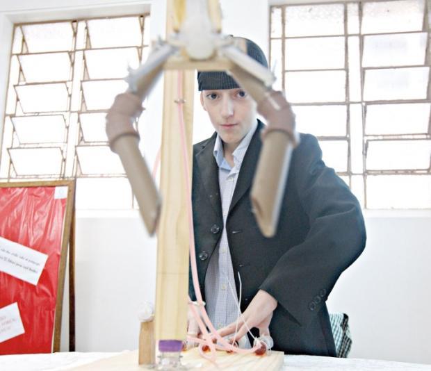 Apaixonado por Física, Péricles Aquino desenvolveu um robô guindaste