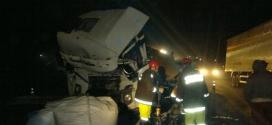 Uma carreta saiu de dentro de um posto de combustíveis e acabou atingida pelo outro veículo que vinha no mesmo sentido