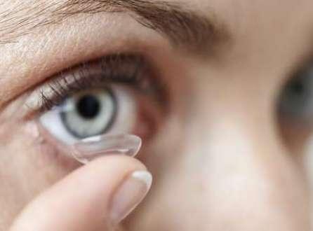 Médicos falaram que a infecção aconteceu entre os olhos e as lentes
