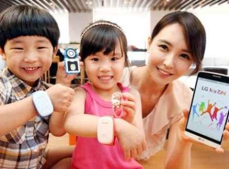 Crianças podem apertar um botão na pulseira inteligente para ligar para diretamente aos pais