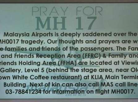 Mensagem pedindo orações para o voo MH17 é exibida em painel no Aeroporto Internacional de Kuala Lumpur