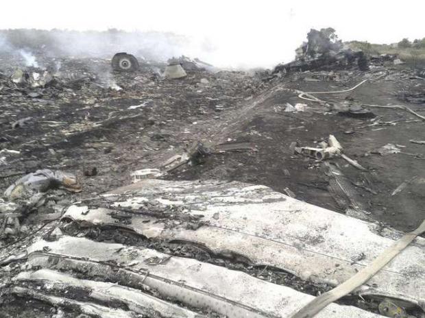 Destroços do Boeing 777 da Malaysia Airlines que caiu com 295 pessoas à bordo próximo ao vilarejo de Grabovo, na região de Donetsk, na Ucrânia