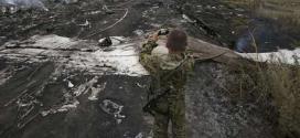 Um separatista pró-Rússia armado tira foto do local onde o avião da Malaysia Airlines caiu