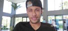 Com os olhos em lágrimas, o atacante Neymar deixou a concentração da Seleção Brasileira, na Granja Comary, no Rio de Janeiro.