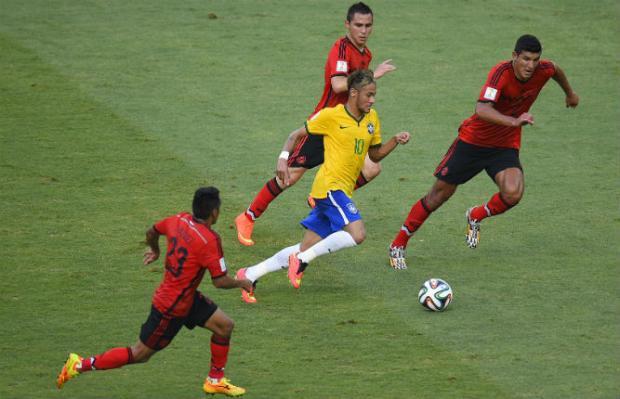 O mais provável é que Neymar siga a recomendação médica de repousar e assista ao jogo ao lado dos pais. Foto: AFP