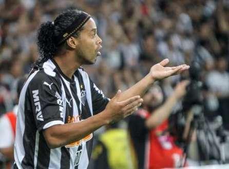 Ronaldinho orienta companheiros em vitória do Atlético-MG na Recopa
